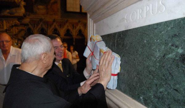 Estampas tocadas en la tumba de San Antonio de Padua